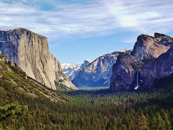 576px-Yosemite_Valley_from_Wawona_Tunnel_view,_vista_point.